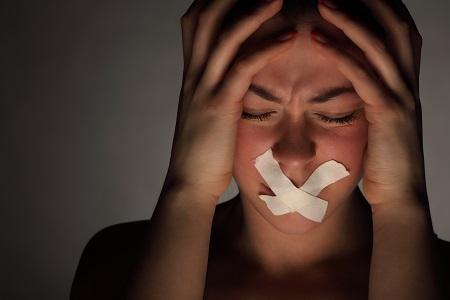 A beszédzavar, a fél oldali bénulás agyi keringési zavar tünete is lehet.