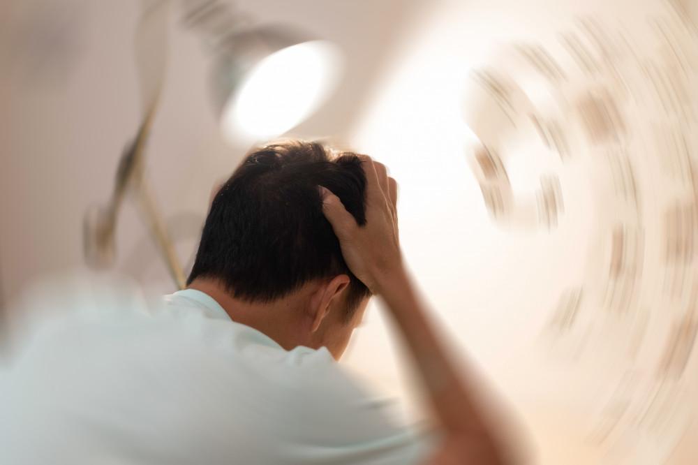 nehézség a fejben szédülés homályos látás)